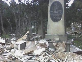 В Имишли неизвестный вандал разрушает могилы