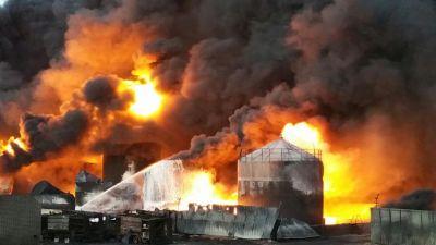 В Казахстане сильный пожар, горит нефтебаза