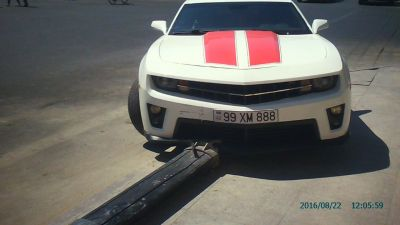 """Chevrolet Camaro"" markalı avtomobil  işıqfora çırpıldı"