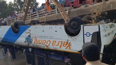 В Индии автобус упал с моста, есть погибшие