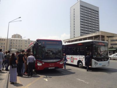 Население Баку переходит на общественный транспорт