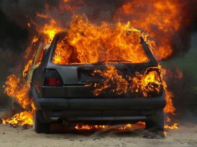 Minik avtomobili yanıb
