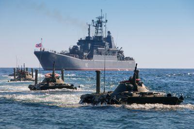Корабли России проводят учения по обороне в Каспийском море