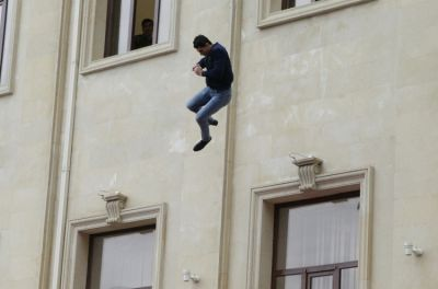 В Хырдалане мужчина разбился, упав с 9-го этажа