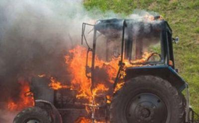 Salyanda traktor yanıb