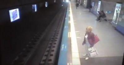 Metroda intihar: qadın özünü qatarın altına atdı