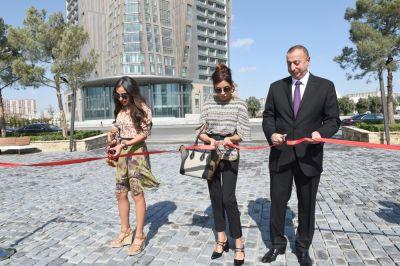 """Prezident və xanımı """"Sevirəm"""" parkında"""