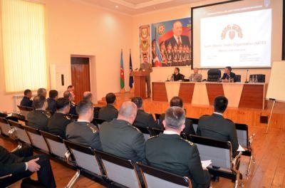 Мобильная Учебная Группа НАТО проводит семинар в Баку