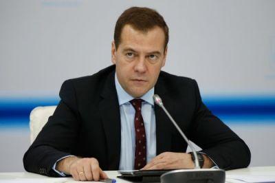 Медведева срочно эвакуировали из зала из-за хлопков - ВИДЕО