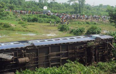 Hindistanda qatar qəzası:  63 ölü, 150 yaralı