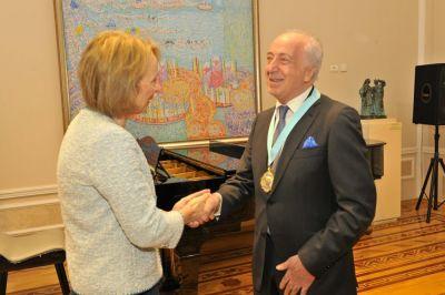 """Çingiz Fərzəliyevə """"Fəxri professor"""" medalı təqdim olunub"""