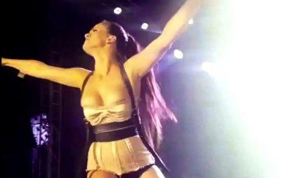 Müğənninin konsert zamanı sinəsi göründü - FOTO-VİDEO
