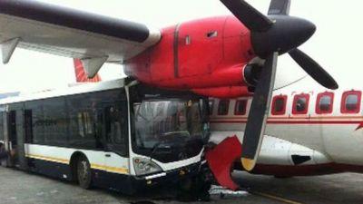 В Турции автобус врезался в самолет