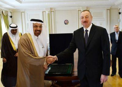 Ильхаму Алиеву подарен фрагмент покрывала Каабы - ВИДЕО