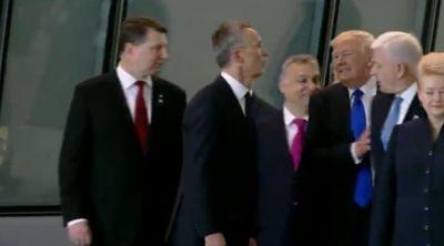 ŞOK: Tramp Baş naziri itələyib önə keçdi!
